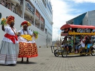 Baianas e Rixô Elétrico recepcionam turistas no carnaval