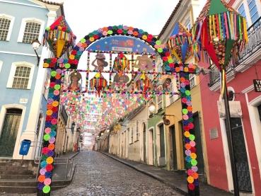 Pelourinho tem decoração junina com o tema Respeita as Mina